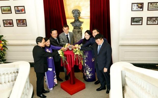 越南中央K医院的玛丽亚·居里塑像正式竣工 hinh anh 2