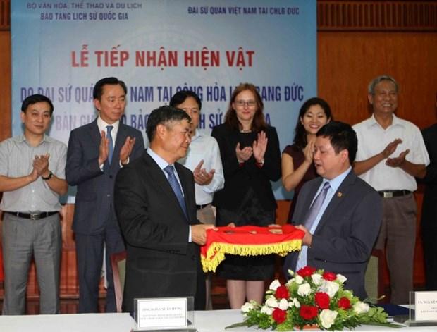 越南驻德国大使馆将18件古董送回祖国 hinh anh 1