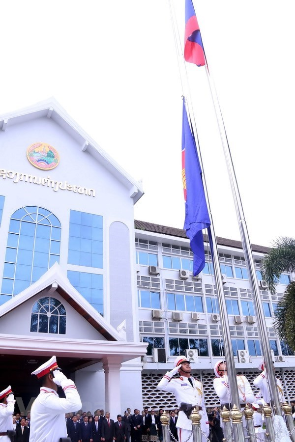 老挝隆重举行东盟旗升旗仪式庆祝东盟成立51周年 hinh anh 2