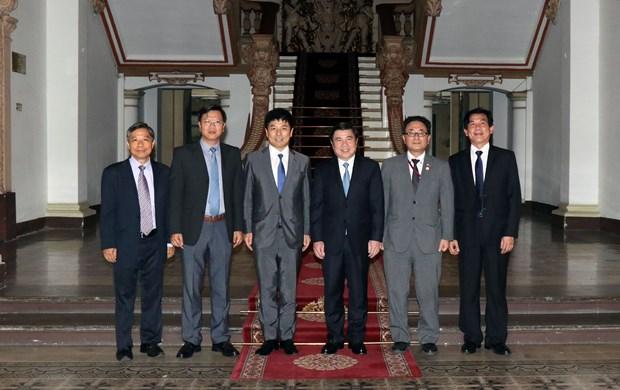 胡志明市领导会见日本外务省副大臣 hinh anh 1