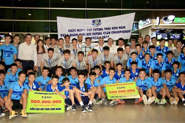 越南泰山南在AFC Futsal俱乐部锦标赛夺季军回国受到热烈欢迎 hinh anh 1