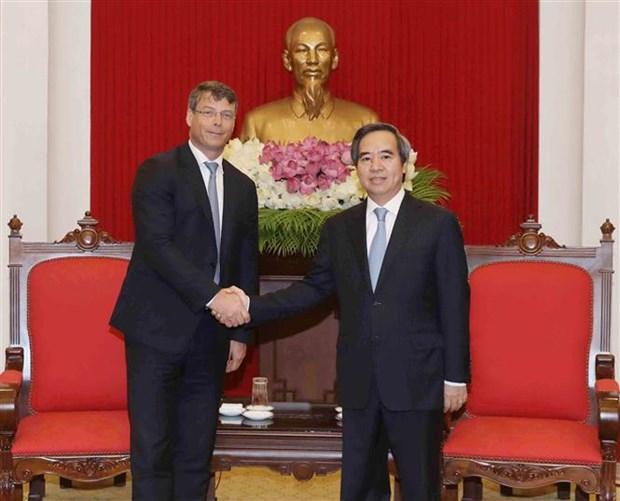 越共中央经济部部长阮文平会见澳大利亚和美国客人 hinh anh 1