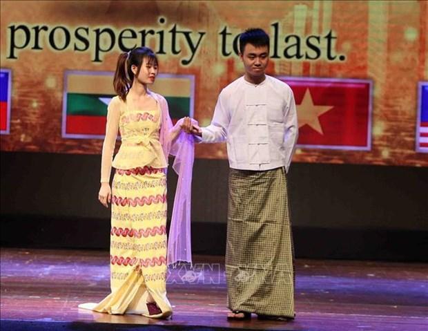 东盟传统服饰秀和艺术交流活动在河内举行 hinh anh 2