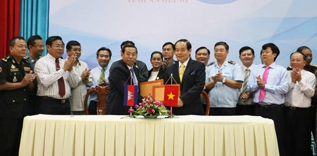 越南安江省加强与柬埔寨茶胶省合作 hinh anh 2
