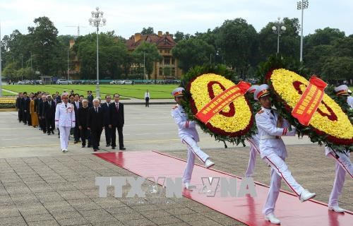 越南国庆73周年:党和国家领导人入陵瞻仰胡志明主席遗容 hinh anh 1