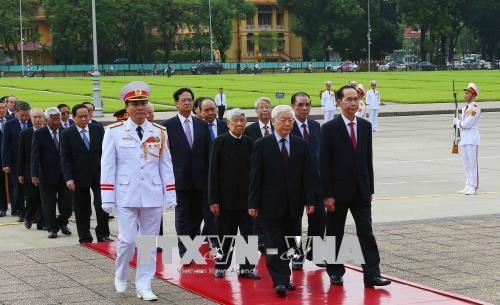 越南国庆73周年:党和国家领导人入陵瞻仰胡志明主席遗容 hinh anh 2