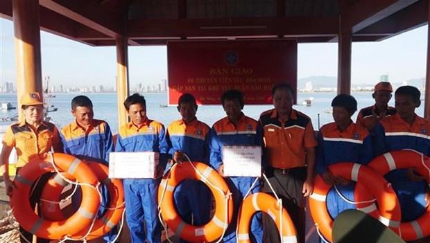 成功把在黄沙群岛遇险的6名渔民安全救上岸 hinh anh 2