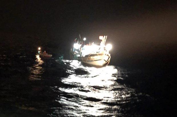 成功把在黄沙群岛遇险的6名渔民安全救上岸 hinh anh 1