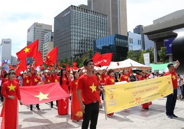 旅居中国香港和澳门越侨欢度国庆节 hinh anh 1