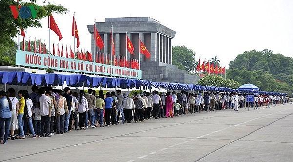 国庆假期前来拜谒胡志明主席陵游客达3.86万多人次 hinh anh 1