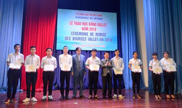越南贫困学生获得瓦莱助学金 hinh anh 1