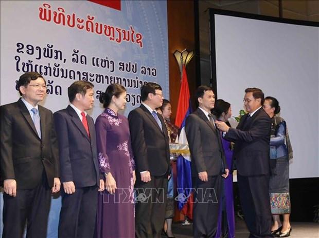 越南祖国阵线中央委员会和越共中央民运部领导荣获老挝自由勋章 hinh anh 1
