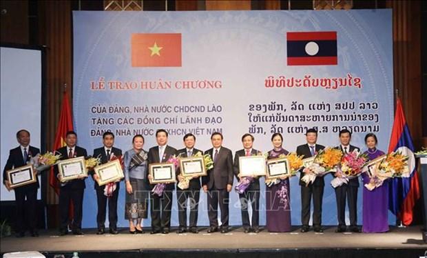 越南祖国阵线中央委员会和越共中央民运部领导荣获老挝自由勋章 hinh anh 2