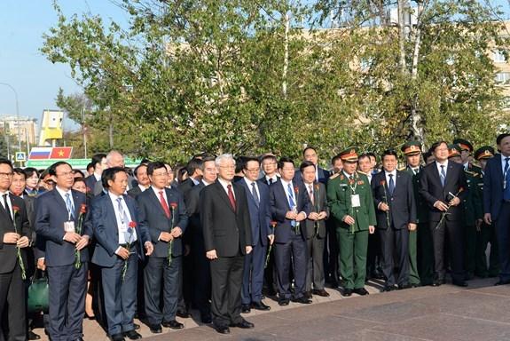 越共中央总书记阮富仲在俄罗斯首都莫斯科胡志明主席塑像前献花 hinh anh 1