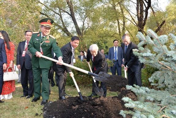 越共中央总书记阮富仲在俄罗斯首都莫斯科胡志明主席塑像前献花 hinh anh 2