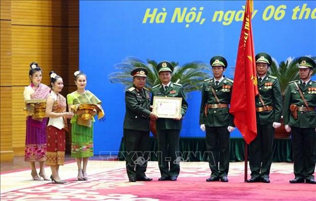 越南人民军集体和个人荣获老挝国家和国防部的勋章 hinh anh 1