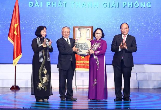 越南政府总理阮春福向越南之声广播电台授予人民武装力量英雄称号 hinh anh 1