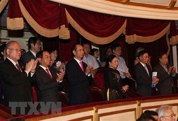 越南国家主席陈大光和夫人出席越日建交45周年音乐演奏会 hinh anh 1