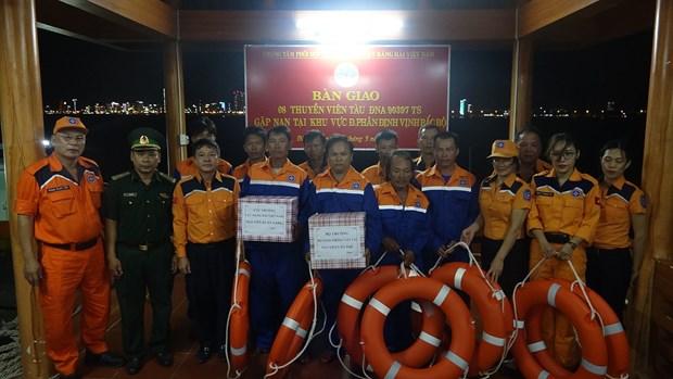 成功营救在越中北部湾共同渔区遇险的8名渔民 hinh anh 2