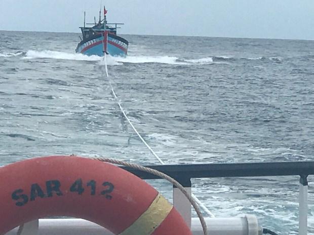 成功营救在越中北部湾共同渔区遇险的8名渔民 hinh anh 1
