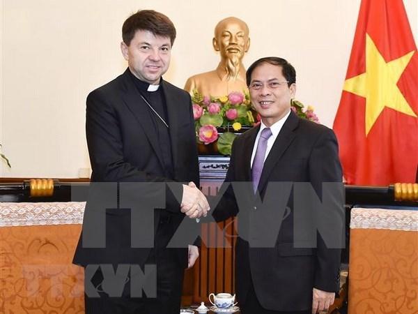 教廷非常驻越南代表礼节性拜会越南外交部领导 hinh anh 1