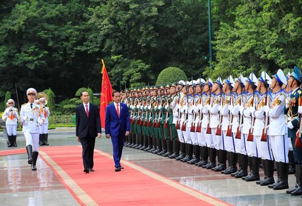 越南国家主席陈大光欢迎印尼总统到访 双方举行会谈 hinh anh 1