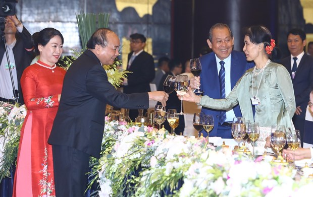 WEF ASEAN 2018: 政府总理阮春福和夫人出席2018年世界经济论坛东盟峰会欢迎晚宴 hinh anh 1