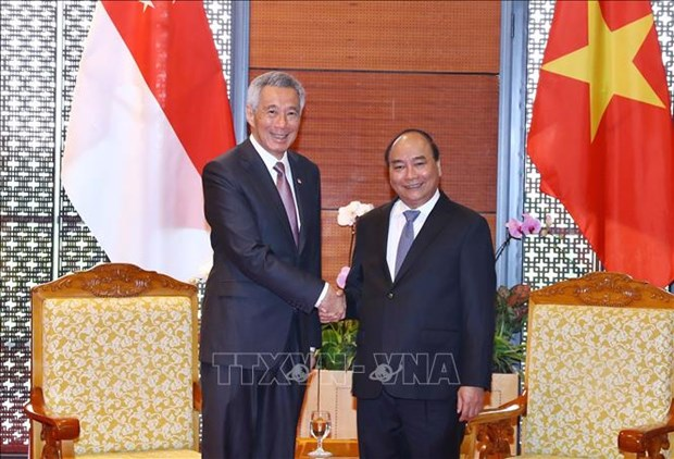 越南政府总理阮春福与新加坡总理李显龙进行会晤 hinh anh 1
