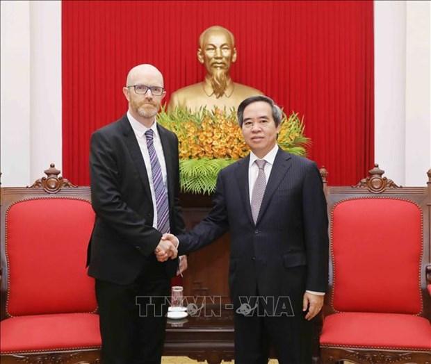 中央经济部部长阮文平会见赴越出席2018年世界经济论坛东盟峰会的企业代表 hinh anh 1