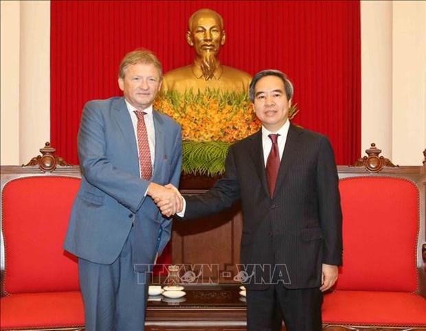越共中央经济部部长阮文平会见俄罗斯总统企业家权益全权代表 hinh anh 1