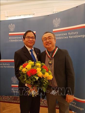 越南人民艺术家邓泰山荣获波兰最高贵的文化奖项 hinh anh 2