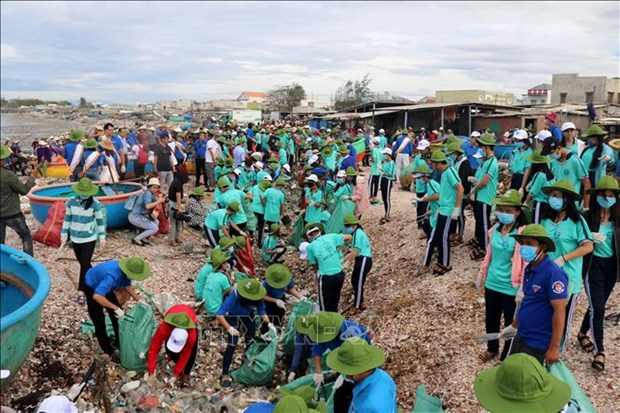 越南各地青年举行响应2018年世界清洁日 hinh anh 2