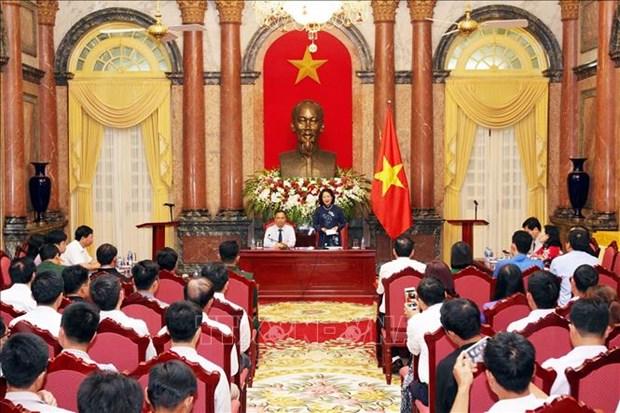 越南国家副主席邓氏玉盛会见老街省先进模范代表团 hinh anh 1