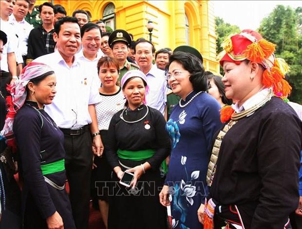 越南国家副主席邓氏玉盛会见老街省先进模范代表团 hinh anh 2