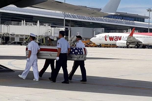 在越战争期间失踪的美国军人遗骸归国仪式在岘港市国际机场举行 hinh anh 1