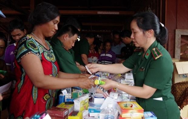 越南昆嵩省边防部队为柬埔寨边民免费体检及发放药物 hinh anh 1