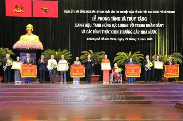 胡志明市多个集体和个人荣获武装力量英雄称号 hinh anh 1