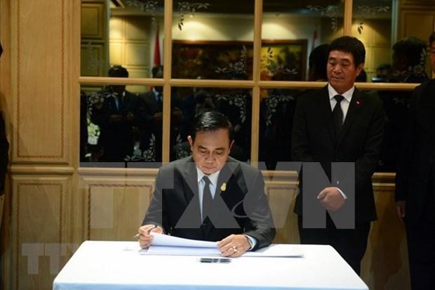 泰国总理与外长赴越南驻泰国大使馆吊唁陈大光 hinh anh 1