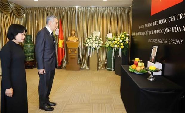 新加坡总理李显龙赴越南驻新加坡大使馆吊唁陈大光主席 hinh anh 1