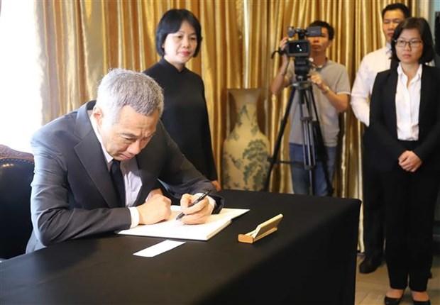 新加坡总理李显龙赴越南驻新加坡大使馆吊唁陈大光主席 hinh anh 2