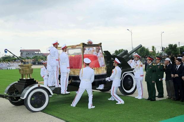 越南国家主席陈大光安葬仪式在其家乡宁平省举行 hinh anh 2