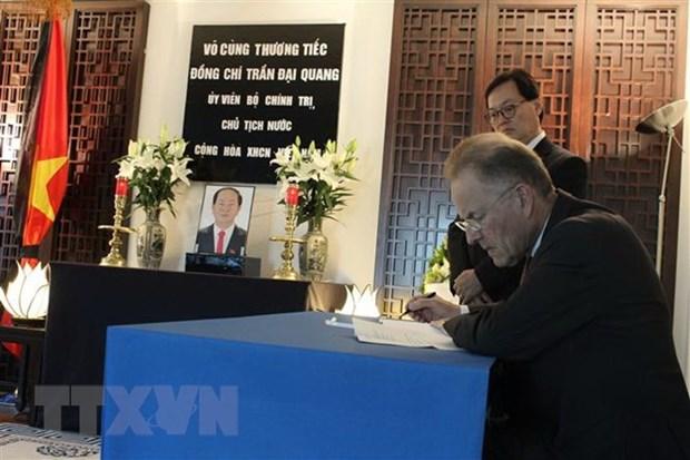 多国驻瑞士大使和国际组织代表前来吊唁陈大光同志 hinh anh 2