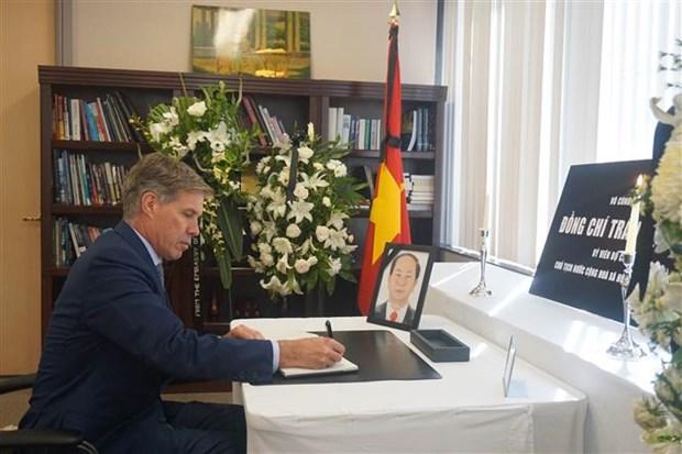 越南驻各国大使馆为陈大光主席举行吊唁仪式并设吊唁簿 hinh anh 1
