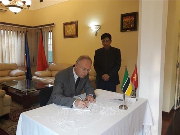 越南驻南非和莫桑比克大使馆为陈大光主席举行吊唁仪式 hinh anh 3
