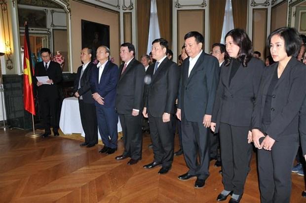 越南驻各国大使馆为陈大光主席举行吊唁仪式并设吊唁簿 hinh anh 3