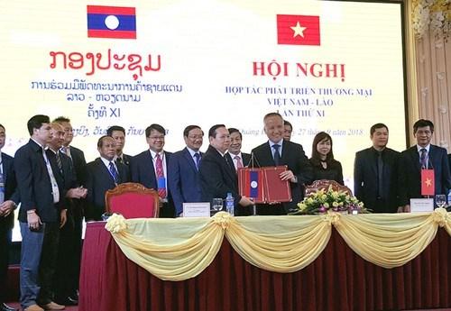 越南与老挝加强边贸合作 hinh anh 1
