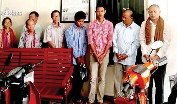柬埔寨:8名嫌疑人被指控参与组织武装团体和贩运武器 hinh anh 1