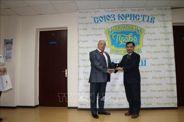 越南驻乌克兰大使荣获乌克兰国际律师协会的最高荣誉勋章 hinh anh 1