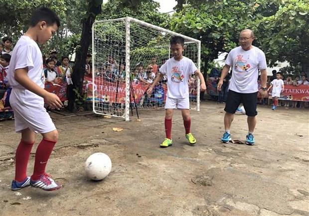 越南男足国家队韩国籍主教练朴恒绪助力越南贫困儿童开启足球之梦 hinh anh 2