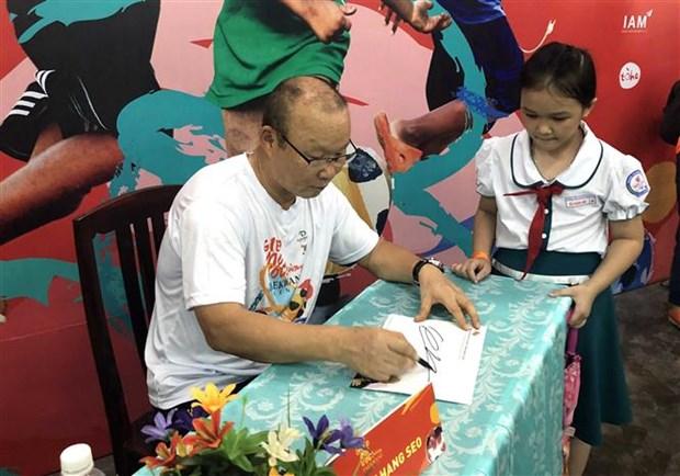 越南男足国家队韩国籍主教练朴恒绪助力越南贫困儿童开启足球之梦 hinh anh 1